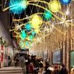 やわらかなマカロンカラーの「globe」が奏でる光の谷 ~新宿ミロード モザイク通り~