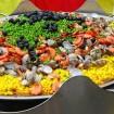 直径2mの特大パエリア鍋で一度に1,000食分を炊き上げる大鍋パエリア