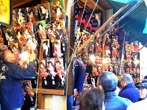 毎年12月17日、18日、19日の3日間、浅草寺境内で開かれる羽子板市 <br>画像:公益財団法人 東京観光財団提供