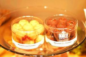 ニッコリーナの「りんごのマカロン」 617 円と「りんごのマカロン ショコラ」648 円