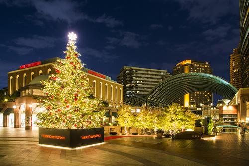 「豪華なクリスマスツリー」 センター広場のシャンデリアをはじめ、時計広場には赤を基調にデコレーションされた豪華なクリスマスツリー(高さ約10m)も登場。