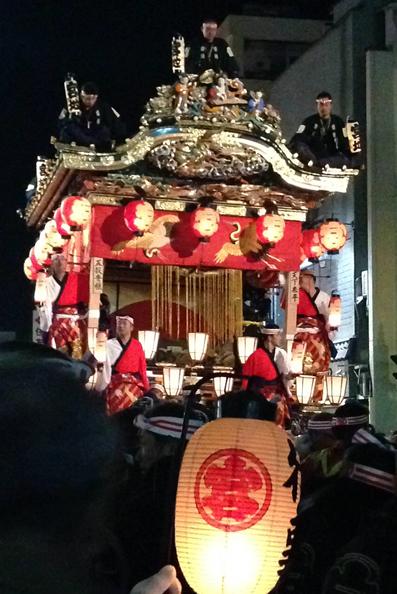 宮地屋台(みやじやたい):秩父祭屋台のうち、最も古く、端正な形をしており、後幕は中国の想像上の霊獣、猩々(しょうじょう)。