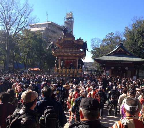 下郷笠鉾(したごうかさぼこ):秩父地方最大の鉾で、白木造りが特徴で4,300枚もの飾り金具をつけています。通常は笠をはずして曳き廻される。高さ7m、重さ20トン