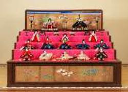 京の雛人形司として名高い大木平藏氏による一体7cmの極小「二寸雛」(西宮・白鹿記念酒造博物館所蔵)