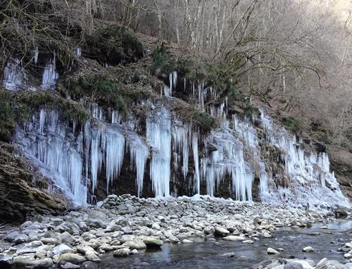 湧水で作られる高さ約8m、幅約30mの壮大な氷のオブジェ