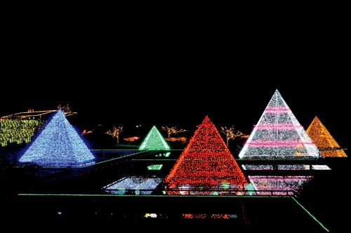「光のピラミッド」