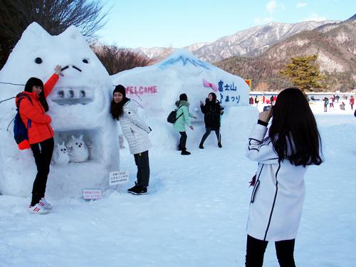会場は海外からの観光客も多い 雪像の前で記念撮影