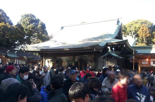 寒空の中、大勢の人が「拝殿」の前で祈願