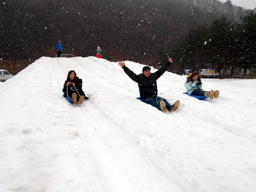 雪遊び みんなで競争