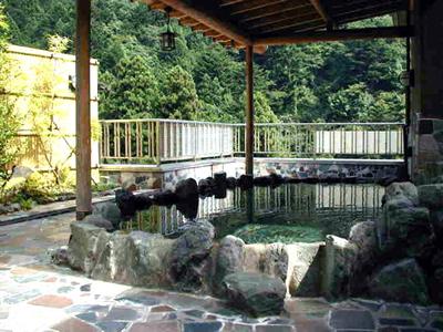 三頭山を見渡せる眺望抜群の展望露天風呂