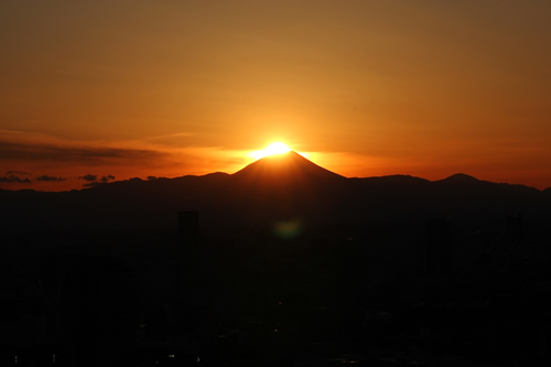 写真は2013年2月8日、東京タワーからの「ダイヤモンド富士」の様子