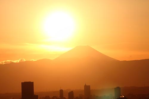 どこでも見られるというわけではなく、富士山が東か西の方向に見える地理的条件で、かつ気象条件がよければ、年に2回、日の出または日没時間帯に見ることができる