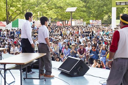 大勢の観客がステージに集う