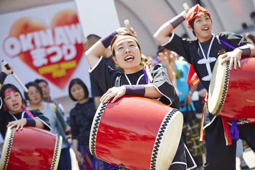 沖縄の伝統芸能であるエイサーの迫力ある演舞も披露