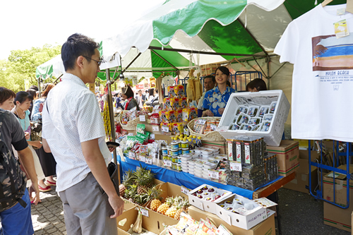 沖縄雑貨や特産品販売も人気