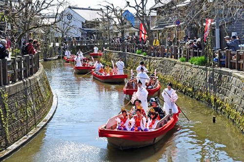煌びやかな雛衣装に身を包んだお内裏様とお雛様一行が、雅楽の美しい音色とともに小野川を優雅に進む水上雛祭り