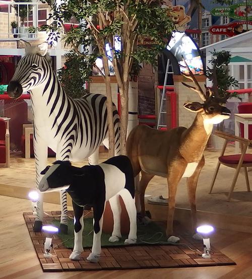 実寸大で迫力満点の高さ約5メートルの顔が動くキリンや全長2.3メートルの大きなカバ、鼻や耳、首が動く小象などのモニュメントを展示