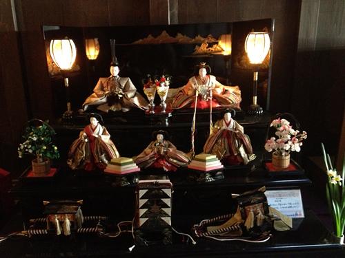 各家に伝わる大切な雛人形が店頭に飾られる