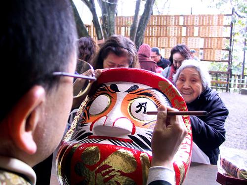 購入しただるまは元三大師堂前の特設だるま開眼所にて僧侶より直々に目入れしてもらえる。