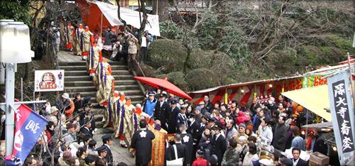 雅楽衆を先頭に木遣り衆、講中とともに袍裳金襴七条袈裟に身を包んだ高僧が境内を進む「お練り行列」