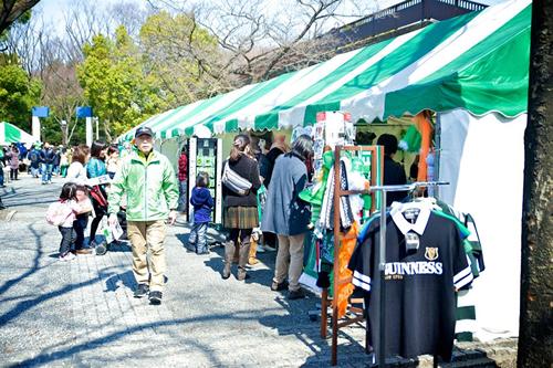 アイルランドの食材や雑貨、民芸品など が揃う物販ブースで買い物も楽しめる