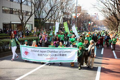 アイルランドのシンボルカラーであるグリーンを身につけた駐日アイルランド大使をはじめ政府関係者、商工関係者など約40団体1,500名が表参道をパレード