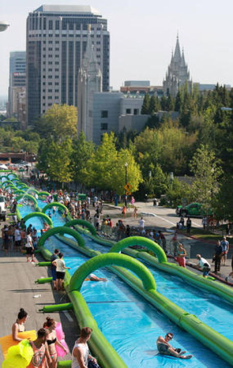 街なかでウォータースライダーを楽しむイベント「Slide the City」