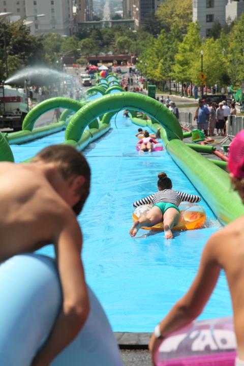 スライダーに毎秒4 リットル程度の水を一気に放水する
