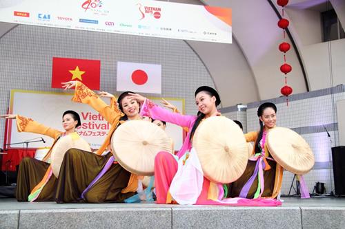 ベトナムの民族衣装であるアオザイショーや伝統芸能歌舞団を本国より招聘