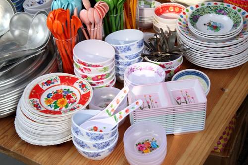 ベトナムの食材や雑貨、民芸品などを扱っている店舗による物販コーナーを設置