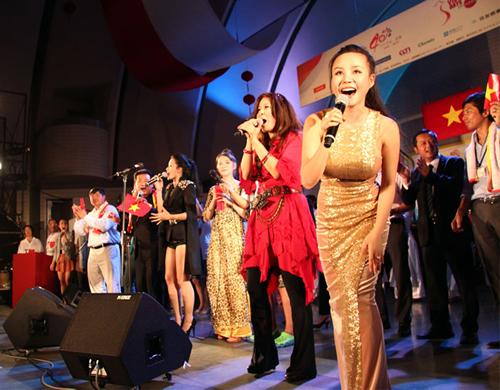 毎年フィナーレでは出演者全員で歌われる 「Happy to see you」をみんなで歌って踊ろう!