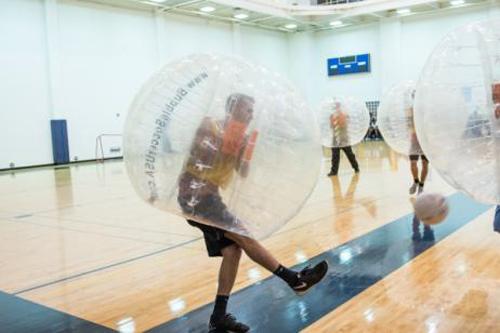 技術がなくてもサッカーを楽しめるとあって人気の「バブルサッカー」 写真はイメージ