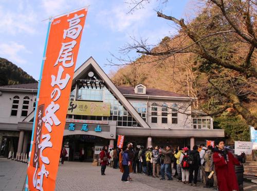 《高尾登山電鉄清滝駅前での「ふるまいそば」(昨年の様子)