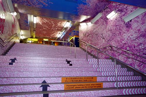 銀座線上野駅が「桜」の全面装飾で華やかに 階段通路