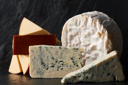 チーズの特徴を活かして仕上げた約40種類以上のオリジナルスイーツを用意