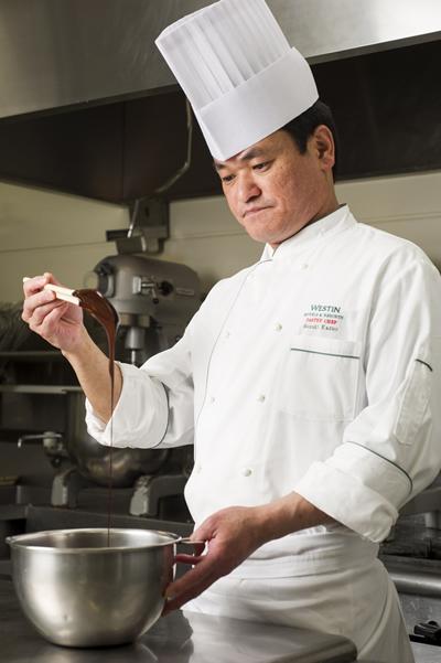 """エグゼクティブペストリーシェフの鈴木一夫さん。レストラン・ラウンジ、宴会やウェディングで提供する全ての""""ペストリーアイテム""""を手掛ける。"""