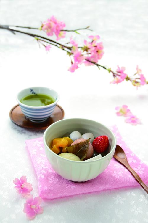 お花見あんみつ \561 【タワーヤード 2 階 船橋屋】 販売期間:3 月 4 日(水)~4 月 5 日(日) 風味豊かな桜餡にもちもちの白玉や黄桃・白桃・ 苺などの彩り豊かなフルーツを添えた季節限定の あんみつで