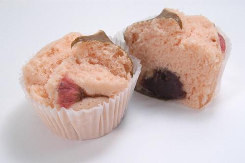 さくら蒸しパン 162円 【ウエストヤード 2 階 ポンパドウル】 販売期間:2 月 27 日(金)~4 月 5 日(日) ふわふわの生 地 で 、桜 の葉 と こ しあんを 包んだ、香り豊かな桜の蒸しパンです。