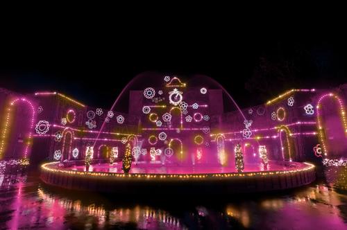 日本最大規模の光と水の演出空間「光の宮殿と大庭園」も鮮やかなピンク色のLEDに変更