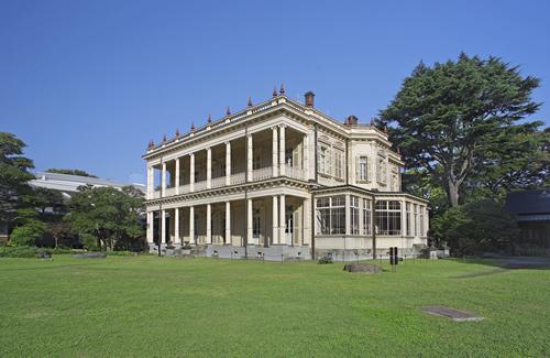 旧岩崎邸と大名庭園を一部踏襲する広大な庭