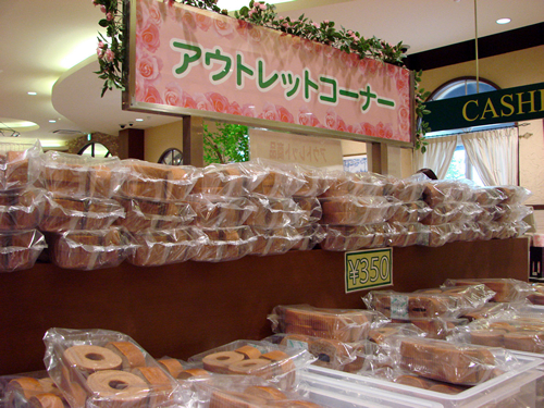 アウトレットコーナーではバウムクーヘンや焼菓子などのアウトレット商品