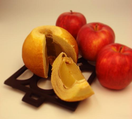 東北産のりんごを丸ごと1個蜜漬けにし、バームクーヘンで包んだ「りんご村の収穫祭」