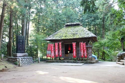青梅市有形文化財に指定されている薬師堂。木造・寄棟作り・茅葺の趣ある小仏堂で、桃山時代の建物と推定