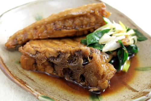 「メカジキのハーモニカ煮」メカジキの背鰭の付け根の骨と肉の形状がハーモニカに似ていることから名づけられた気仙沼の郷土料理。