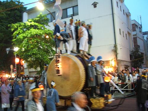 「オーライ」の掛け声で叩かれる太鼓に先導され、神輿渡御が始まる。