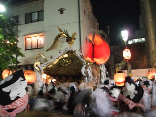 「エイサー、ホイサー」の掛け声とともに街道を駆け回る大迫力の「神輿」