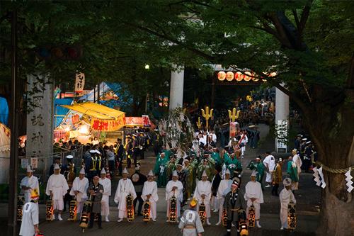 日本最大級の大太鼓が神社大鳥居前に揃う
