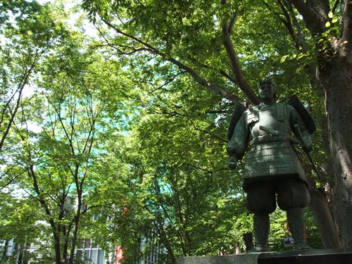 府中駅から続く「馬場大門けやき並木」の一画に立つ源義家像。戦勝祈願成就の御礼としてけやき1000本を奉納した。