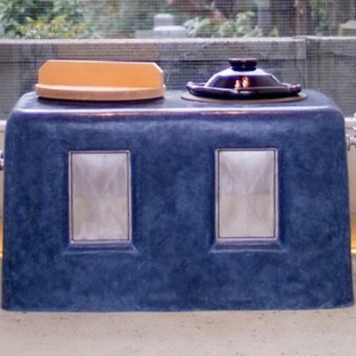 店内正面には左官屋が特別に作った本当に使える青色の竈が据えられている