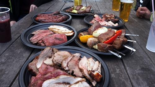 牛肉や豚肉、鶏肉を刺し、岩塩をふってじっくりと焼いた肉料理